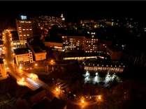 渓谷側客室から一望する夜の定山渓温泉街。照明に照らされた街は、昼とは違う景色を映し出す