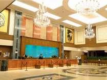 ◆ロビー/ホテルの中に入ると、豪華に光輝くシャンデリア。大きな水槽に泳ぐ魚達も皆様をお出迎え。