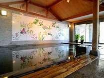 【和風呂】女性浴場には癒しの草花が描かれている場所が。