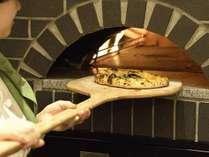 釜であっという間に焼き上げるピザは、アツアツを召し上がれ!