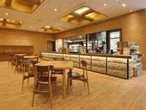 木のぬくもりに包まれたラウンジでは、美味しいコーヒーとパンをご用意しております♪