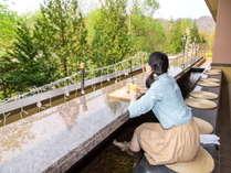 【1Fラウンジ「足湯テラス」】定山渓の季節を感じながら、足湯でのんびり♪