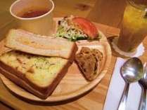 昼食はパンランチセット(イメージ)
