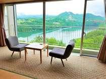 【客室からの眺望】窓一面に広がる恵那峡の風景