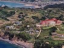 土佐の海に面した丘の上に建つホテル。全室海が見える絶景のリゾート空間