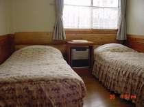 シングルベット2つの部屋室内には、お風呂・テレビ・ドライヤー付き