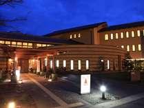 暖かさを感じる夕景の三和荘。