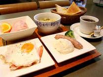 朝は和食か洋食かお選びいただけます。お好みでお選びください♪(日・祝祭日の朝はバイキングです。)