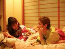 旅の夜長は、お部屋でまったり、語り明かそ♪ 友達同士、話題は尽きないね!