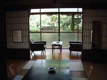 【客室】庭に面した本間8畳和室/例