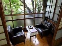 【客室】和室、庭が見える窓際/例
