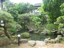 【中庭】中庭は相良藩お抱え庭師の作品でお城の庭と兄弟と伝わる歴史のあるものです