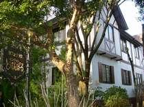 伊豆高原駅より徒歩15分!閑静な別荘地、レストランと宿泊棟が離れになったプライベート重視の造りです。