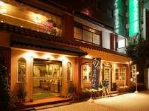 レトロな感じがいいホテルの外観中央線、千日前線阿波座駅①番出口より徒歩1分。
