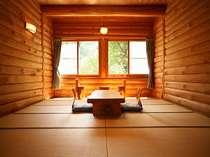ログ館和室一例。椅子等も手作りのぬくもりと木の香溢れる空間