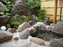 【客室露天風呂】温泉は24時間源泉かけ流し、お肌すべすべ美人湯で女性にも人気のお湯が特徴的です。
