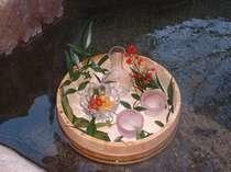 露天風呂での冷酒は温泉の風情を一層に