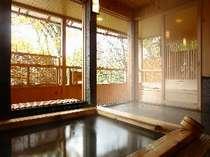 *高山の景色を一望できる大きな窓がついた木の温もりある展望大浴場です