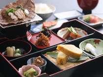 春から秋にかけての朝食には朴葉味噌など飛騨の郷土料理がならびます。身体に優しい朝ごはんを