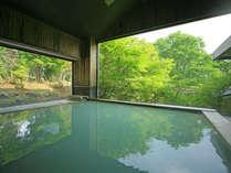 新緑の大浴場。眺めの良い大浴場 当館おすすめのお風呂はお肌がすべすべに♪