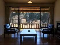 和室に加え、板の間の応接スペースがございます。部屋の外のベランダでは喫煙可能です。