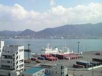 最上階のレストランから望む関門海峡の風景。海の向こう側に九州の門司がご覧いただけます。