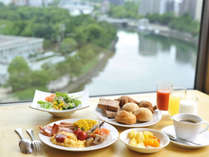 朝ご飯は最上階15階からの景観を楽しめる和洋バイキングを朝7時からご用意しております。