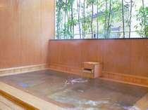 やわらかなひのきの香りが、ゆったりとした気分にさせてくれる開放的な半露天風呂!