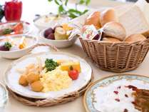 【朝食バイキング】朝食はやっぱり卵焼きにパンも定番ですね。