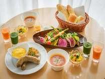 【朝食】北坂さんの卵や総料理長監修淡路ゴールデンポークのソーセージなどを使用した朝食