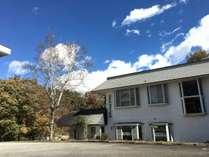 清里駅から徒歩5分。国道141号線沿いのソフトクリーム屋の看板が目印です!天気の良い日は青空が綺麗です