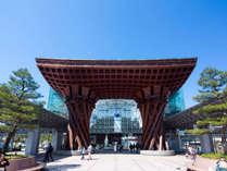 JR金沢駅鼓門は金沢を代表する建築物。太い柱で積み上げられたその姿は迫力十分。