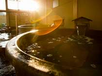 湯処「沐亭」の露天風呂。岩風呂もあり