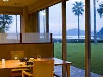 海を眺めながらのご夕食をお楽しみください