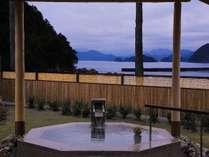潮の香り、波の音、男性露天風呂(大浴場)