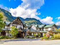 *【外観】北アルプスの雄大な自然と3種の貸切露天風呂が愉しめる宿。高原リゾートで癒しの休日を。