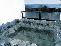 【貸切風呂一例】和風露天風呂。海を望む露天風呂で温泉浴をご満喫ください。