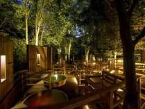 【森の散歩湯WOOD SPA】真夜中の森林に迷い込んだような幻想的な露天風呂。