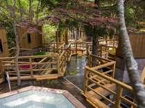 【森の散歩湯WOOD SPA】北湯沢の森を散歩するように、男女各10個の露天をご堪能ください(夜朝入替え制)