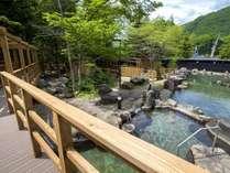 【大露天風呂HOSHI★ZORA】まるで庭園のような石造りの露天風呂と木々。