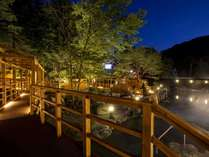 【大露天風呂HOSHI★ZORA】ライトアップされ昼とちがう表情をみせる夜の露天風呂。