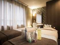 【エステルーム】2名並んで施術できるお部屋はカップルのご利用にもおすすめです。