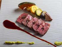 【夕食ブッフェ一例】牛ステーキは柔らかで上品な味わいです。