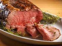 【ブッフェ】牛のステーキは目の前でカットしてご提供します。