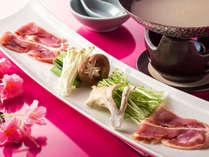 【会席一例】土佐はちきん鶏と伊達鶏を龍馬鍋の食べ比べに(画像は春メニュー)