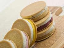 【コールドスイーツ一例】2層のアイスとクッキーの食感が絶妙♪フルーツアイスクリームサンド。