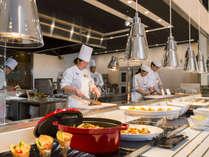 【ブッフェ会場】和洋中の料理人がお客様の目の前で調理致します。
