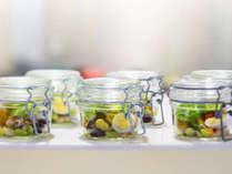 【朝食ブッフェ一例】緑いっぱいで見た目も楽しいサラダ。※季節により変更になる場合あり