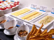 【夕食ブッフェ一例】チーズとご一緒に、ナッツやはちみつ、レーズンもおすすめ(季節により変更します)