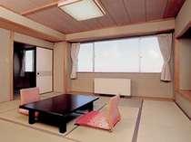 大きな窓から眩しい光が差し込む12畳の広々和室